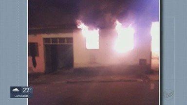 Fogo em casa abandonada atinge outra residência e deixa família desalojada em Varginha - Fogo em casa abandonada atinge outra residência e deixa família desalojada em Varginha