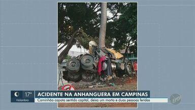 Motorista morre após capotagem de caminhão na Rodovia Anhanguera, em Campinas - Acidente com caminhão carregado de açúcar ocorreu na tarde deste sábado (4). Dois adolescentes ficaram feridos.