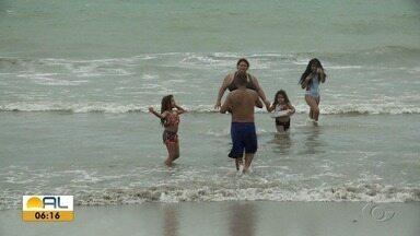 Pessoas aproveitam o 1° domingo de praia após flexibilização do Decreto Estadual em Maceió - Mesmo com chuva, teve gente que não resistiu a um banho de mar.