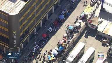 Movimento intenso na região do Brás, no centro da capital - Shoppings populares fecham as portas ao meio dia, mesmo assim, consumidores continuam na região depois desse horário.