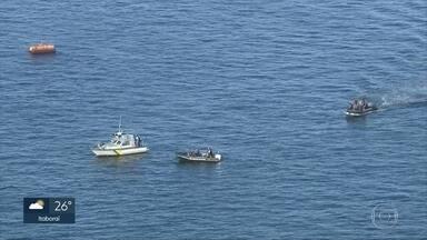 Bombeiros retomam buscas por helicóptero que caiu ontem na Baía - Os dois tripulantes - um instrutor e um aluno- foram resgatados com vida e passam bem. Queda de aeronave aconteceu ontem à tarde na Baía de Guanabara