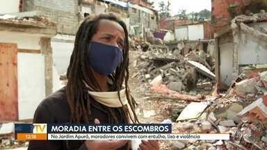 Moradores do Jardim Apurá vivem no meio de entulho, lixo e violência - Moradores reclamam que a prefeitura destruiu casas de moradores que saíram do local, mas não tirou entulhos.