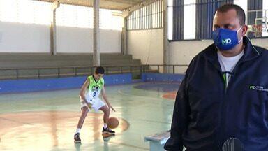 Crianças e adolescentes participam de competição virtual de basquete inédita - Uma turma de um colégio particular representou Mogi.