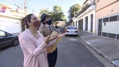 Empresa de serenatas dá a volta por cima com apresentações online - Fazer serenata do lado de fora da casa, sem contato com o público e de máscara... Essa é uma cena diferente do que o que estavam acostumados os seresteiros de São Paulo.