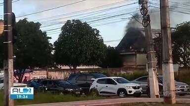 Incêndio no CAIC do Benedito Bentes deixa moradores da região assustados - Foi mais um incêndio atendido pelos Bombeiros que registra aumento desse tipo de ocorrência.