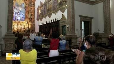 Devotos de Nossa Senhora do Carmo participam de missas em homenagem à padroeira do Recife - Celebrações têm quantidade limitada de fiéis por causa da pandemia da Covid-19.