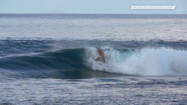 Hollow Trees 2 - As condições continuam perfeitas para o surfe de Pato. Além de aproveitar as ondas, a família visita uma escola local e curte um mergulho nas águas cristalinas da ilha.