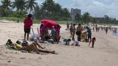 Praias ficam lotadas durante domingo de sol em várias regiões do país - Mesmo que as medidas de isolamento social proíbam o acesso de banhistas, muitas pessoas desrespeitaram as regras.