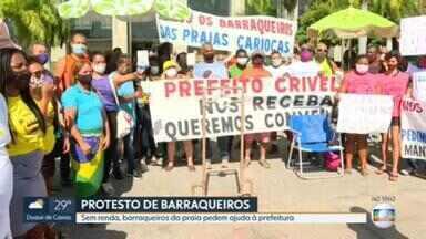 Barraqueiros da praia fazem protesto em frente à Prefeitura do Rio - Eles reivindicam uma reunião com o prefeito Marcelo Crivella e querem voltar a trabalhar.