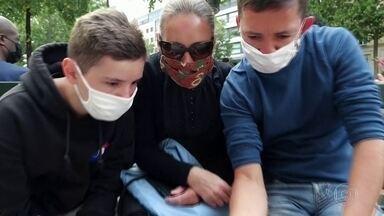 França e Reino Unido tornam obrigatório o uso de máscaras em ambientes fechados - Anúncio foi na data nacional mais importante para os franceses. O desfile militar do Dia da Queda da Bastilha foi reduzido por causa da pandemia e homenageou os profissionais de saúde.