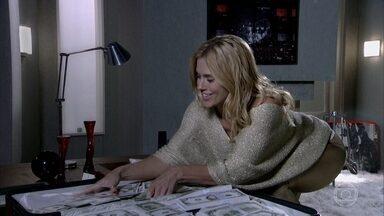 Teodora vibra sob chuva de dinheiro - A loira liga para Quinzinho, e Quinzé fica indignado por ela não querer falar com ele