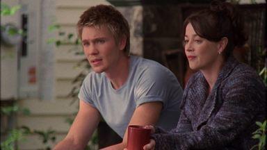 Rota de Colisão - Haley convence Lucas a ir à festa na casa de praia de Nathan, esperando que eles se aproximem. Quando Lucas vê tanta riqueza, ele pergunta à mãe por que não levam a mesma vida.