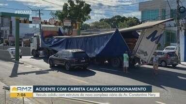 Contêiner de carreta se desestrutura após colidir contra limitador de altura em Manaus - Contêiner levava carga de madeira no momento do acidente. Veículo bloqueou parte da Avenida São Jorge, na tarde desta terça (14).
