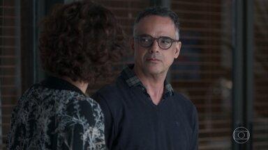 Luís conta a Marta que Clara brigou com ele por causa de Malu - Marta apoia o namorado e pede que ele não desista da filha