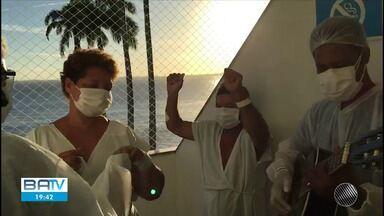 Pacientes com Covid-19 internados em hospital em Salvador se recuperam cantando e dançando - Internos na unidade de tratamento da doença estão participando de sessões de musicoterapia.