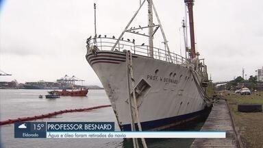 Água e óleo são retirados do navio Professor Besnard - Navio está atracado há anos no Porto de Santos.
