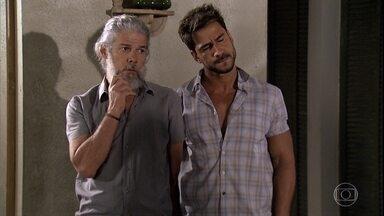 Enzo e Pereirinha estranham o jeito de Teodora - A loira diz que ganhou presentes de seus pais