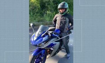 Queda de fios de alta tensão deixa motociclista imobilizado no AM - Momento em que homem ficou entre fios foi registrado em vídeo por taxista que passava pela rodovia AM-010