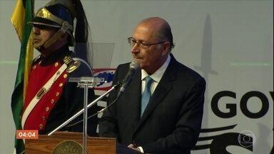Geraldo Alckmin é indiciado por caixa 2 eleitoral, lavagem de dinheiro e corrupção passiva - Alckmin foi indiciado por caixa 2 eleitoral, lavagem de dinheiro e corrupção passiva. A Polícia Federal também indiciou Marcos Monteiro. Ele foi tesoureiro de campanha e secretário de estado na gestão de Alckmin. A investigação é da Lava Jato e faz parte da delação feita por executivos da Odebrecht.