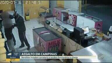Três bandidos invadem sorveteria e rendem funcionários e cliente em Campinas - Câmeras de segurança registraram assalto, que ocorreu na noite de quinta-feira (16), no bairro Parque Florestal, em Campinas (SP).
