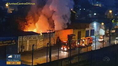 Fogo atinge depósito na Zona Norte, em Porto Alegre - Bombeiros estão trabalhando no local. Ninguém ficou ferido e causas do incêndio serão investigadas.