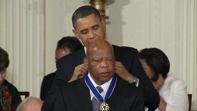 Morre, aos 80 anos, John Lewis, pioneiro do combate ao racismo nos Estados Unidos - John Lewis esteve ao lado de personagens como Martin Luther King. Ele tinha um câncer no pâncreas e ideais que não conseguiu ver se realizarem.