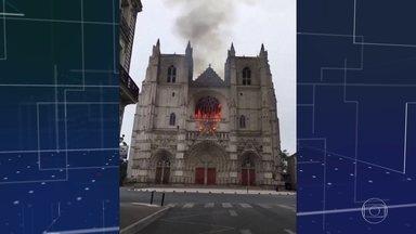 Incêndio destrói parte da catedral de São Pedro e São Paulo em Nantes, na França - Órgão musical e vitrais da catedral gótica do século 15 foram danificados. A polícia vai investigar indícios de que o incêndio foi criminoso.