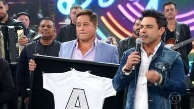 Faustão emociona Leonardo com homenagem a Leandro - O falecido cantor usou a camisa em sua última apresentação com os Amigos