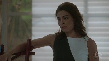 Carolina diz a Lu que vai ter última chance de eliminar Eliza - Carolina e Arthur trocam provocações e o empresário lembra que, pelo contrato da aposta, Carol não pode sabotar Eliza
