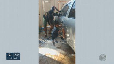 EPTV2 de 20 de julho mostra o que o público faz em casa enquanto respeita o isolamento - Pai e filho na lavação do carro, parabéns pra dona Izelda, macaco esfomeado: os vídeos enviados.