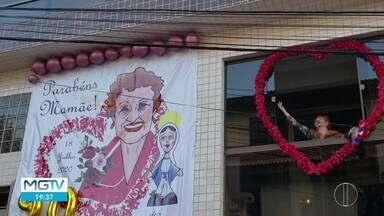 Idosa completa 90 anos e ganha festa na porta de casa em Caratinga - Por conta da pandemia, festa não pôde ser realizada, mas parentes e amigos encontraram outra forma de comemorar aniversário.