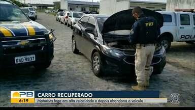 Carro roubado foi recuperado pela PRF - Motorista fugiu nele e em seguida abandonou o veículo