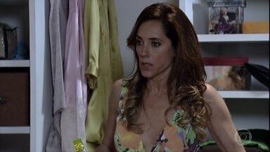 Tereza Cristina abre o armário de Crô - A perua fica possessa ao descobrir suas camisolas no armário do mordomo. Baltazar liga avisando que René Junior chegou à casa de Dagmar