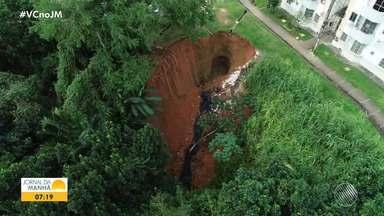 Moradores de condomínio em Boca da Mata temem desabamento por causa de cratera - A comunidade pede providências para o problema há cerca de 60 dias, mas até o momento não houve solução.