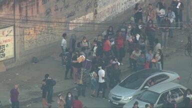 Centenas de pessoas passam a madrugada em uma fila atrás de emprego, no Rio - Fila era por uma das 235 vagas de uma rede de supermercados, em Acari, na Zona Norte da Cidade. Antes das 7h da manhã, as vagas foram preenchidas.