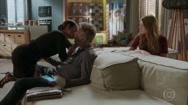 Dorinha invade apartamento de Arthur e o beija na frente de Eliza - Carolina é obrigada a vestir as roupas de Dorinha