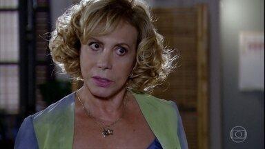 Vilma incentiva casamento de Letícia - Chiara chega em casa e diz para Fábio que estava jantando com uma amiga. Letícia confessa para a mãe que ficou insegura depois da conversa com Chiara. Vilma aconselha a filha a se casar com Juan