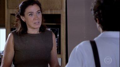 Griselda afirma a Antenor que não revelará o segredo de Tereza Cristina - Inconformado, o rapaz pega o laptop de Marcela sem que a mãe veja