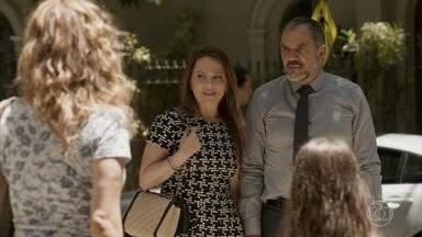 Germano diz que precisa ter uma conversa séria com Gilda - O empresário e Lili ficam incomodados com o reencontro com a ex-babá