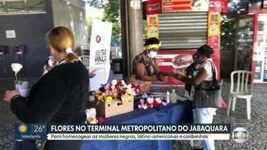 Mulheres negras distribuem flores no Terminal Metropolitano do Jabaquara - Iniciativa é homenagem ao Dia da Mulher Negras Latino-americanas e Caribenhas, celebrado no sábado (25)