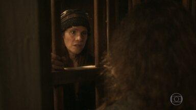 Elvira faz um acordo com Miss Liu - Ela diz que mostra onde está o tesouro desde que vá junto e fique viva