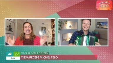 Cissa Guimarães conversa com Michel Teló - Cantor conta como está a rotina em casa e canta 'Saudade da minha terra'