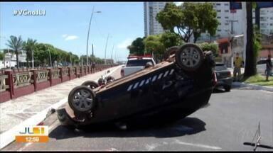 Carro capota na avenida Visconde de Souza Franco, em Belém - Carro capota na avenida Visconde de Souza Franco, em Belém