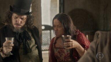Licurgo e Germana comemoram o sucesso da feijoada na taberna - Hugo fica impressionado com atitude dos dois