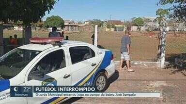 Guarda Civil encerram partida de futebol no bairro José Sampaio em Ribeirão Preto, SP - Aglomerações estão proibidas no município.