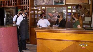 Restaurantes fazem adaptações e se preparam para reabrir ao público em São José e Taubaté - Retomada do atendimento ao público em bares e restaurantes,com consumo no salão, foi liberado nas cidades após decreto municipal.