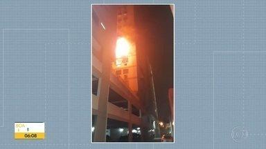 1 pessoa ferida em um incêndio em apartamento em Campinho - Incêndio em aparatamento em Campinho deixou uma pessoa ferida e atingiu 3 apartamentos na rua Cândido Benício