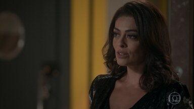 Carolina desperta a curiosidade de Lili - Morena afirma que Germano teve uma filha fora do casamento e garante que Lili conhece a jovem