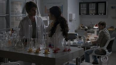Fabinho afirma que se afastará de Cassandra para não magoar Débora - A estagiária manda indiretas para o rapaz e ele confessa que lance com Cassandra é apenas diversão