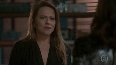 Lili dá tapa na cara de Carolina - Empresária percebe que a jornalista pensa em se aproveitar do fato de Eliza ser filha de Germano